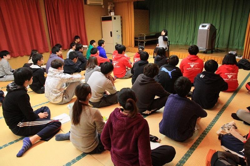 はまらいんや!大島に参加した学生達。実際に被災された方々の話を伺い自分たちが実際にその場に直面したらどうするのかを考える。