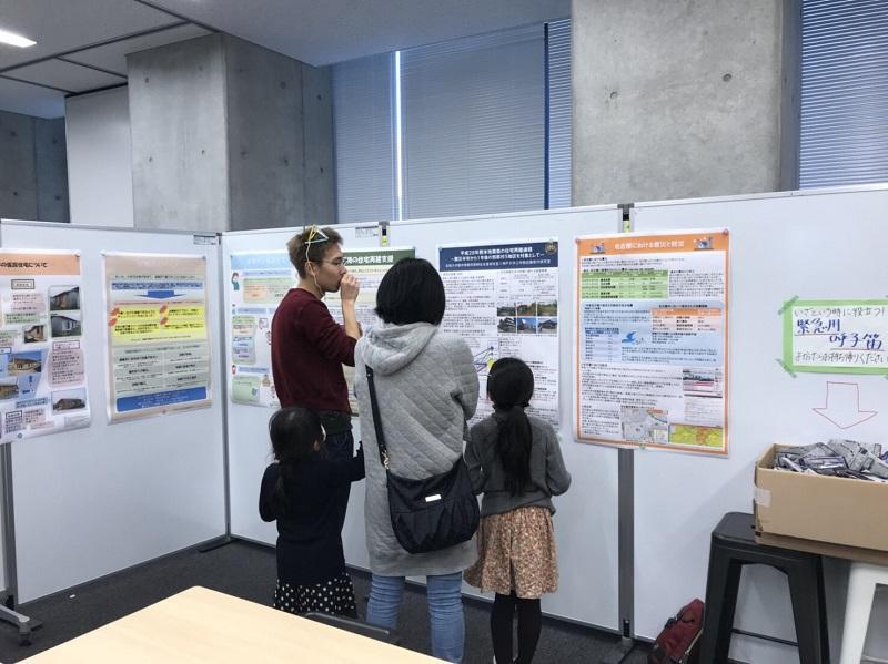 熊本地震について地域住民と話している風景