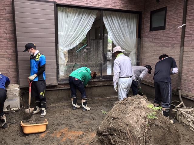 朝倉市での泥かきの様子