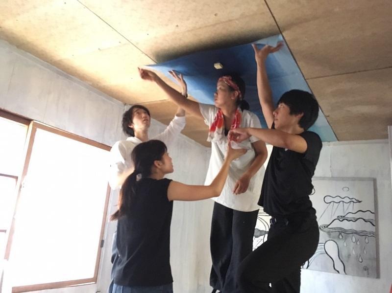 天井へ和紙を貼る作業風景