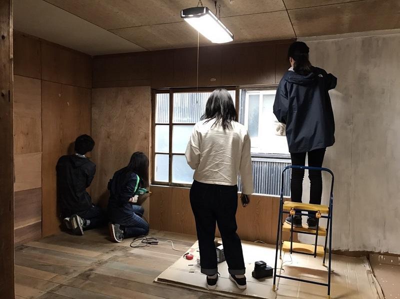壁の補修作業