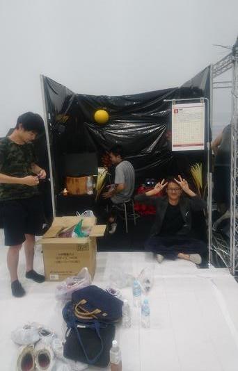 筑波大学にてIVRC予選大会に参加しました。写真は作品のセットアップしている様子です。予選には全国から25チームが参加し、上位10チームが決勝大会に進みます。本チームは予選2位でした。