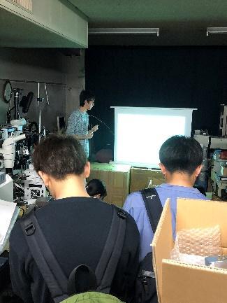 大学院生が学部生に研究室について説明している様子