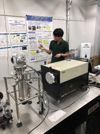 今井先生が学部生に研究室について説明している様子