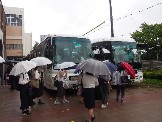 6台のバスに乗り込みいざ出発へ