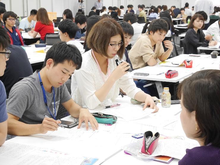 グループ討議で他学部の学生と討議を行う薬学生達1