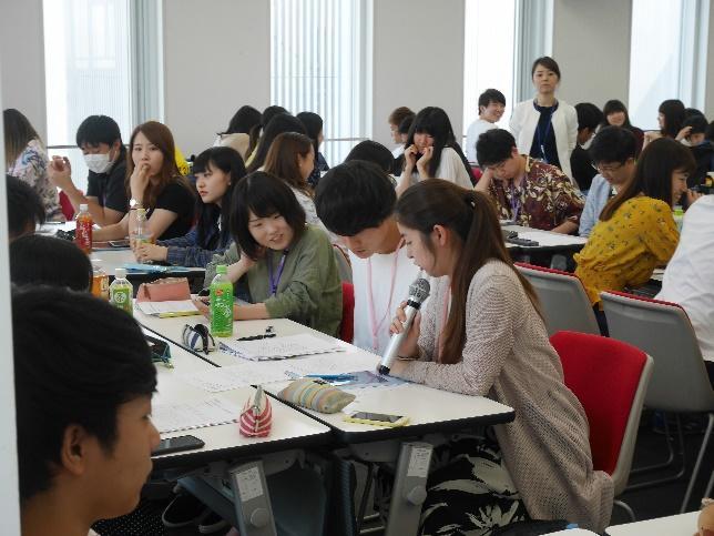 積極的にグループを代表して発表する薬学生
