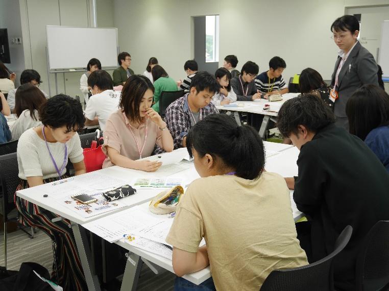 グループ討議で他学部の学生と討議を行う薬学生達2