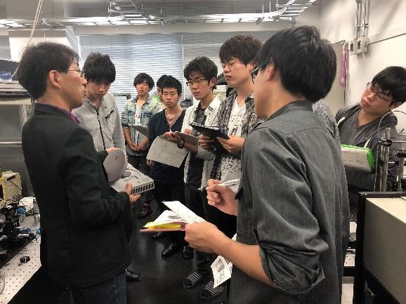 宮嶋先生がレーザーの応用例を示している様子
