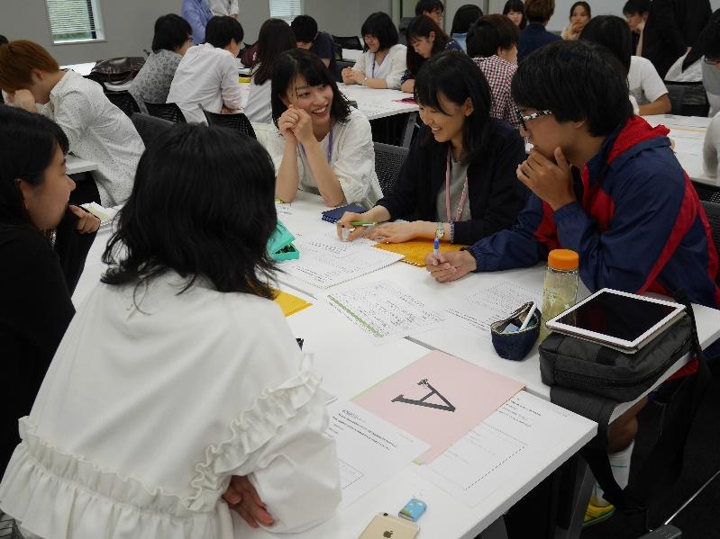 グループ討議で他学部の学生と討議を行う薬学生達3