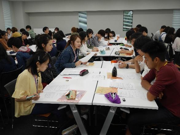 グループ討議を行う学生達2