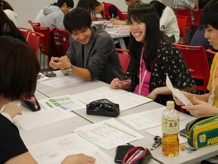 グループ討議で他学部の学生と討議を行う薬学生達4