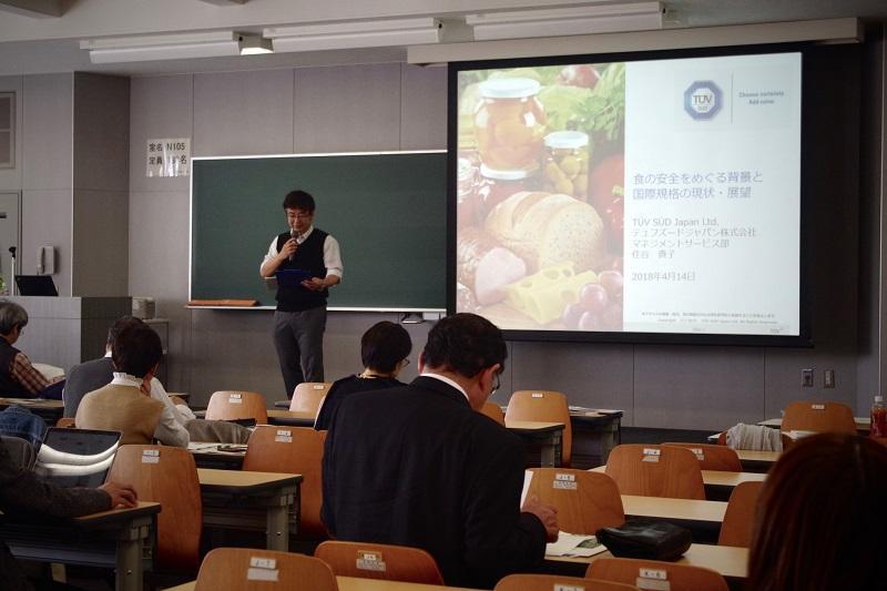 最初の挨拶をする農学部加藤教授