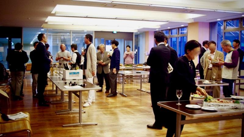 懇親会は直輸入されたドイツのモーゼルワインで歓談
