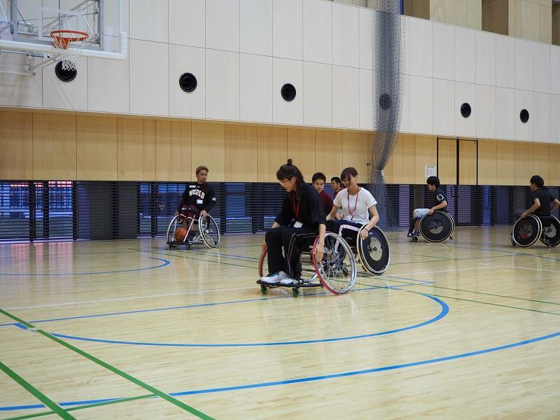 日常車椅子自体に乗ったことのない参加学生は、最初はまっすぐ進むこともできませんでしたが、方向転換のコツをつかめるようになっていきました。