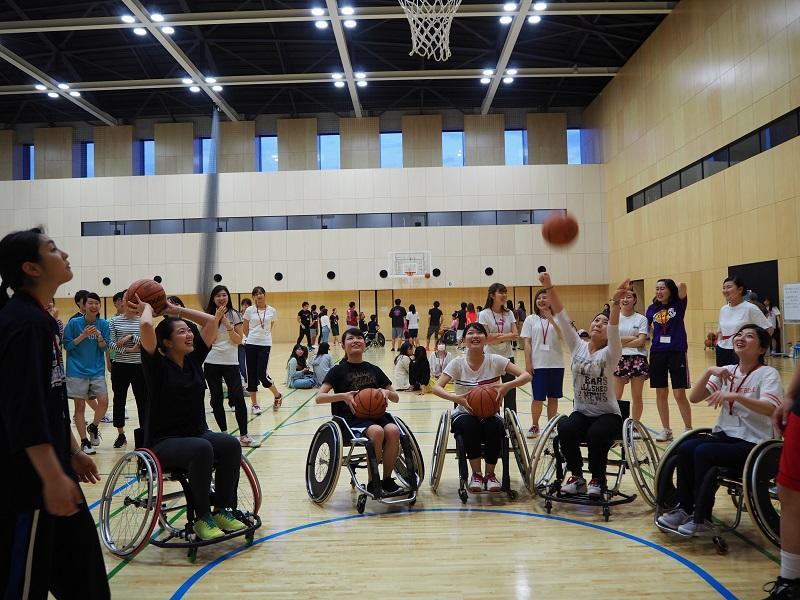 車椅子に乗った不安定な中、通常のバスケットボールと同じ高さのゴールに入れることは、とても大変なことを実感しています。