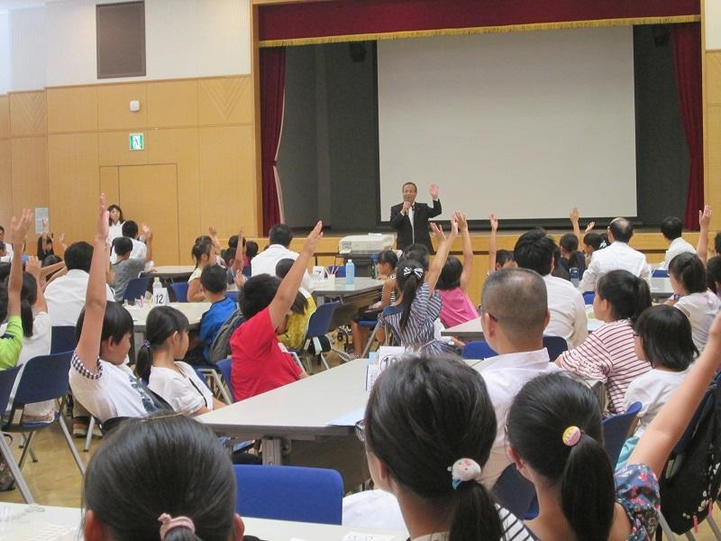 一宮市教育委員会教育長の問いかけに元気よく応対する児童の様子