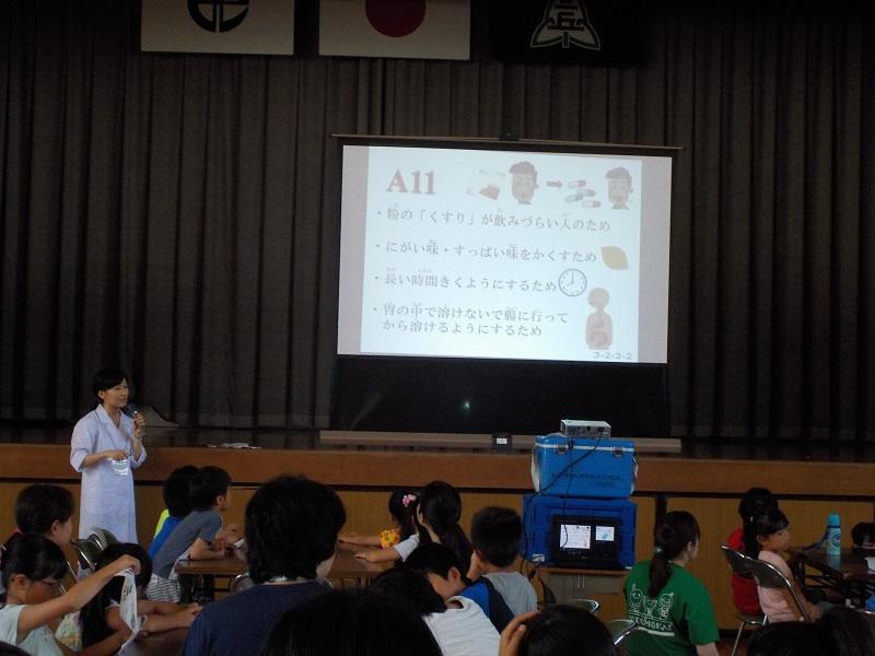 おくすり110番メンバーがスライドを用いてクイズ形式の講義を行っている様子1