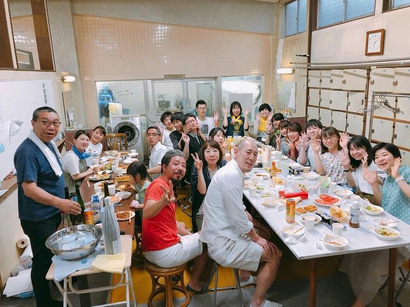 東湯にてsuzusan、学生ボランティアの集合写真