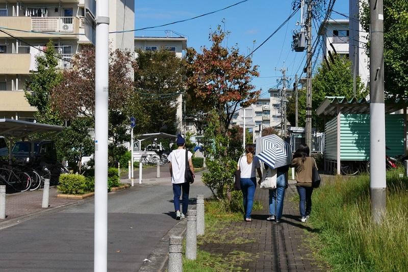 知立団地のなかを歩く学生2