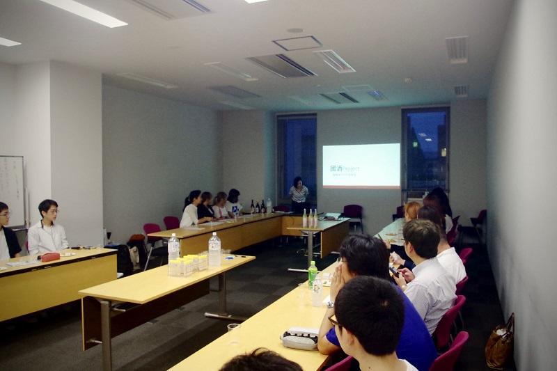 メンバーが國酒プロジェクトと企画について説明