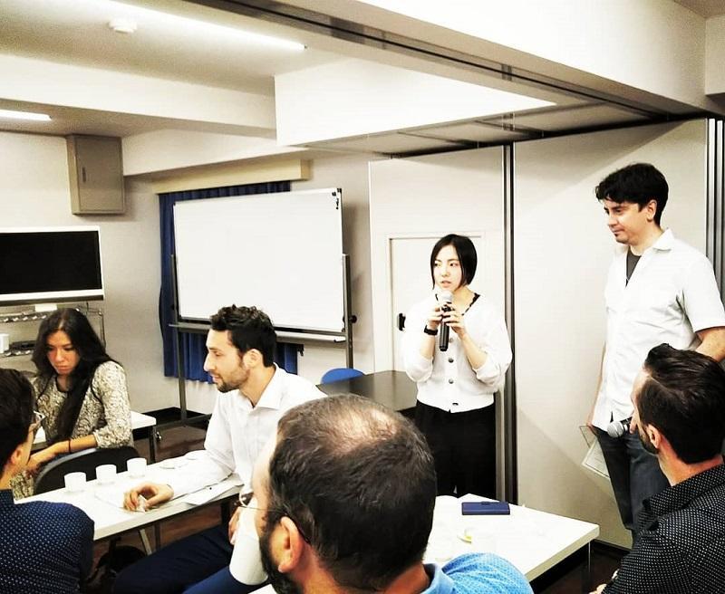 フランス人からの質問に答えるのは國酒プロジェクトのメンバー、後藤さん(農学部2年)