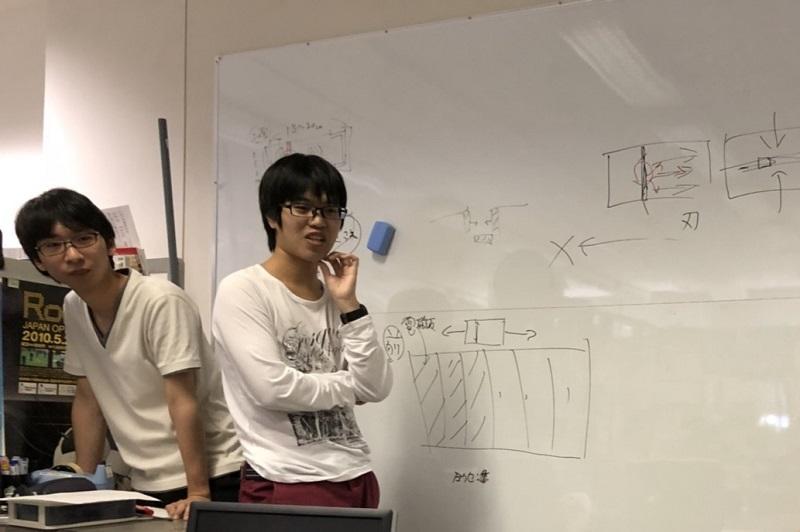 製作する作品の構成やシステムについての企画会議の様子