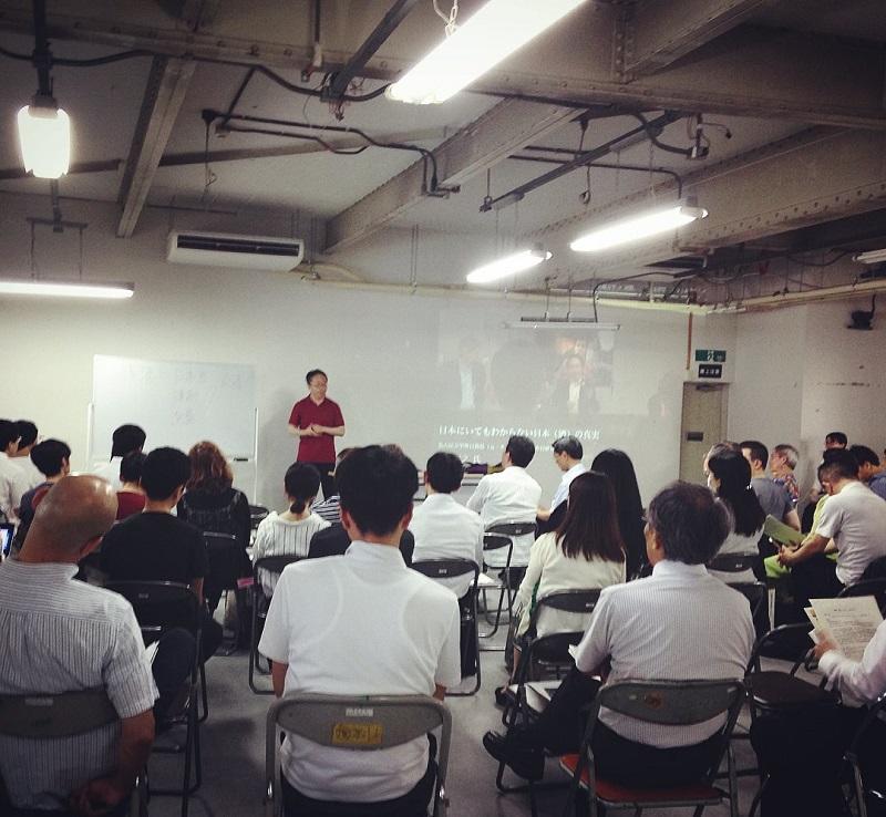 学生にも適宜質問を投げかける佐藤氏の講演