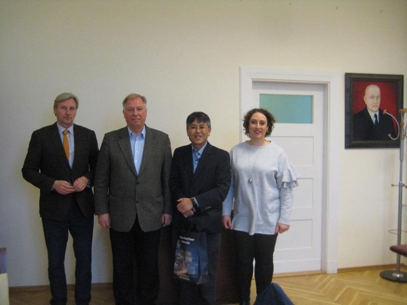 グディニャ海洋大学にて(左よりミロスワフ・デレシェスキ教授、アンジェイ・ミシチャク教授、中島公平教授)