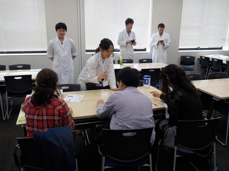 おくすり110番メンバーが参加者の体験実験を補助している様子