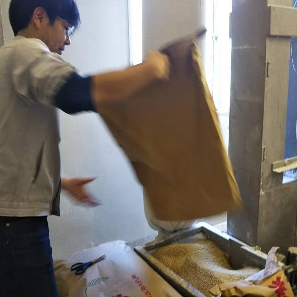 愛知県食品工業技術センターの協力で精米が始まる