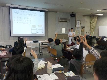 おくすり110番メンバーによるクイズ形式の導入講義の様子:元気よく挙手する児童