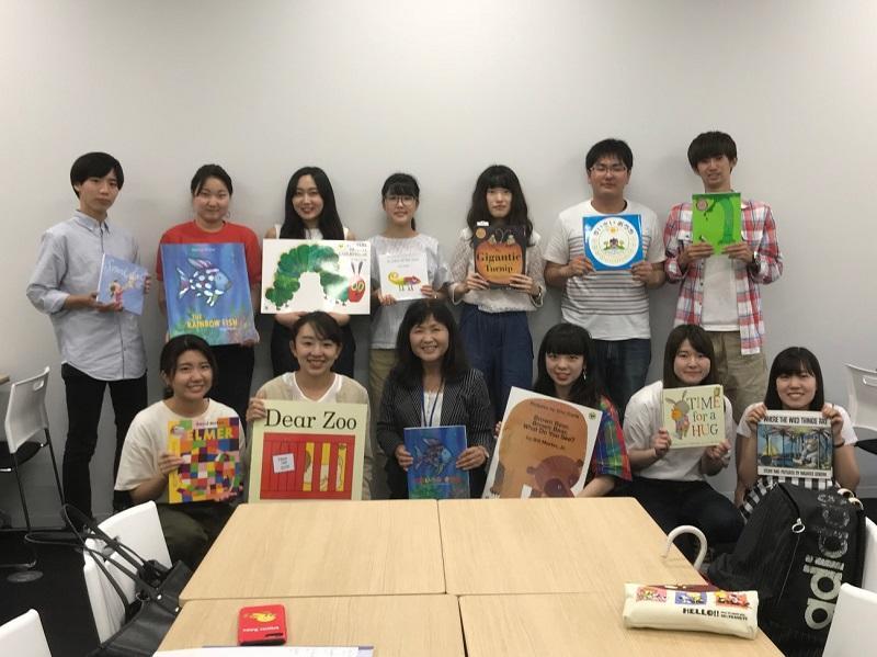 学生たちが選んだ本のプレゼンテーションを行った様子。