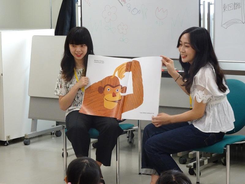 1回目の英語絵本「Brown Bear」の読み聞かせの様子。