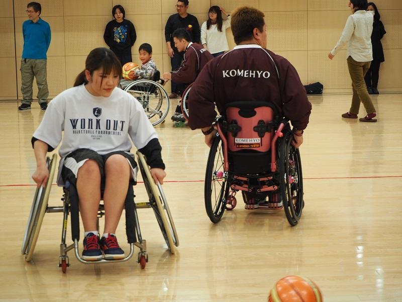 バスケットボール部員は、車椅子上からボールを拾う難しさに困惑しています。