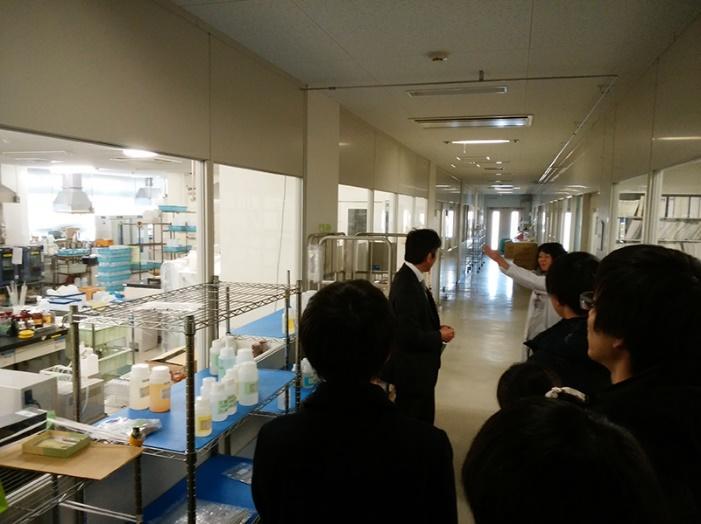 管理された分析室を見学する。