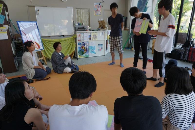 学生の報告を熱心に聞いている竹内理事