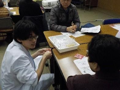おくすり110番メンバーが補助し、参加者が体験実験を行っている様子