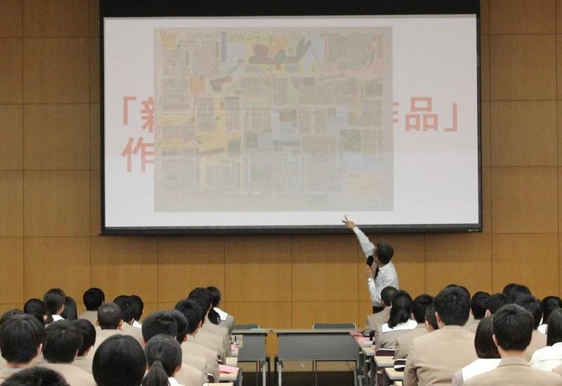 新聞切り抜き作品の本校生徒の優秀作品を例にだしてNIEの説明