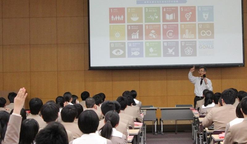 SDGsについて生徒に尋ねている様子