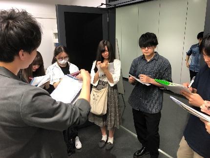 内容としては、田中先生の紹介、ゼミの説明、透過電子顕微鏡の紹介、自分の研究内容の紹介、質問コーナーなどです。写真から分かるように2年生のみなさんは真面目な態度で話を聞いてくれて、メモをとる姿が印象に残っています。