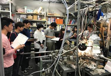 六田先生が電子源材料について説明している様子