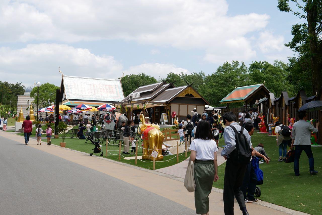 タイエリアを見学する学生たち