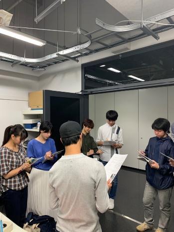 写真は柴田君が研究室の紹介をしている時の写真です。田中先生の研究テーマ、研究室に配属されてから今までの過ごし方や田中研究室の特徴を紹介していました。透過電子顕微鏡の有用性を下級生に伝えられたと思います。