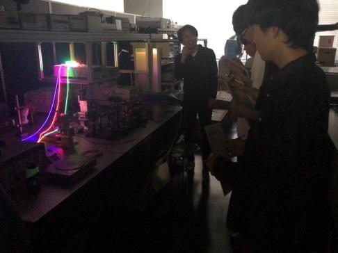 2つ目のデモ。装飾用の光ファイバーに、赤、青、緑の異なる色の半導体レーザーを入射させている。