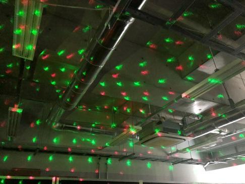 3つ目のデモ。レーザ光を散乱させて天井に転写させている。散乱させる板が回転するため、模様を万華鏡のように回転させることができる。