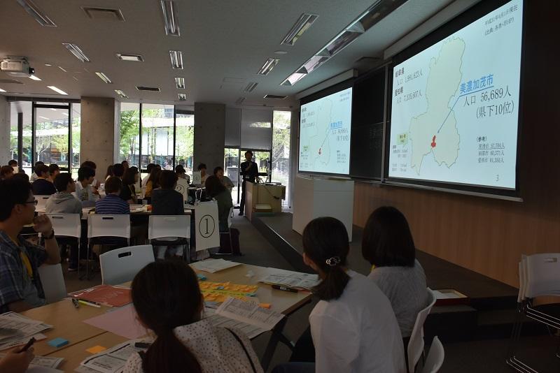 美濃加茂市職員大畑様から統計データの説明を受ける学生達