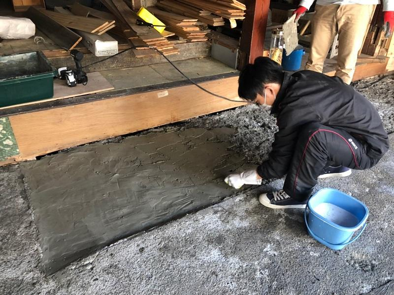 土間改修作業の様子
