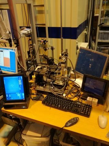 実際にX線を照射し測定する前に試料の任意の場所にX線のビームが当たるように試料の位置を決定する装置。ゴニオヘッドはネジで変位を調整でき、写真の装置のゴニオメーターはX線回析装置と同期しており、パソコンで入力することで位置を細かく調整できる。