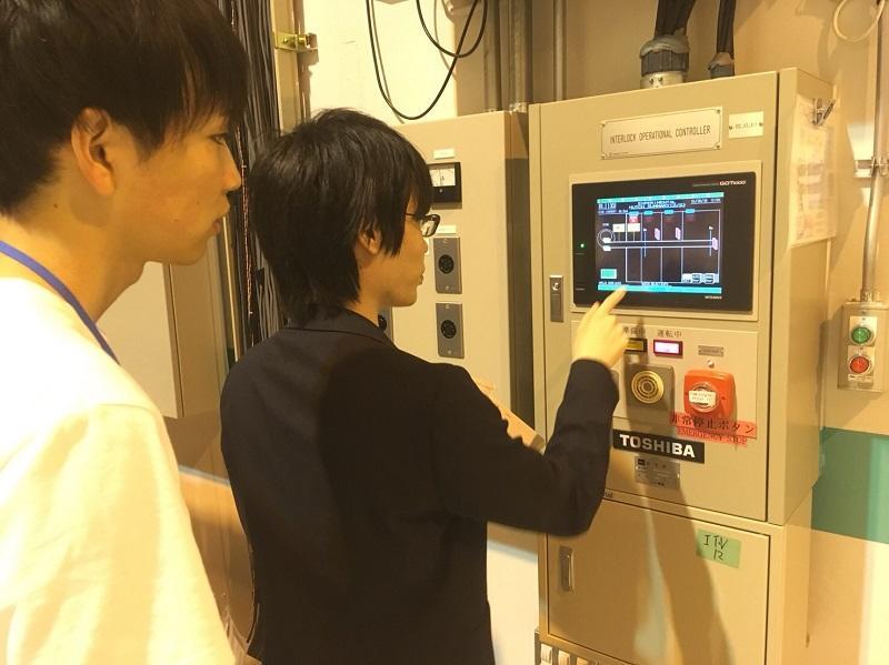実験室のハッチを操作している様子